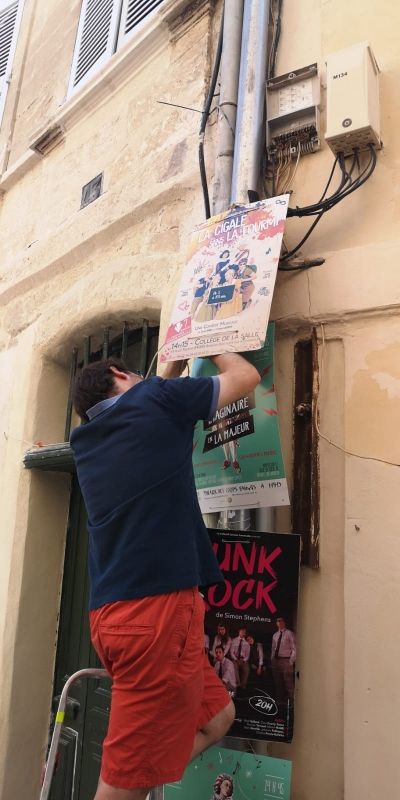 L'installation des affiches au Festival OFF d'Avignon