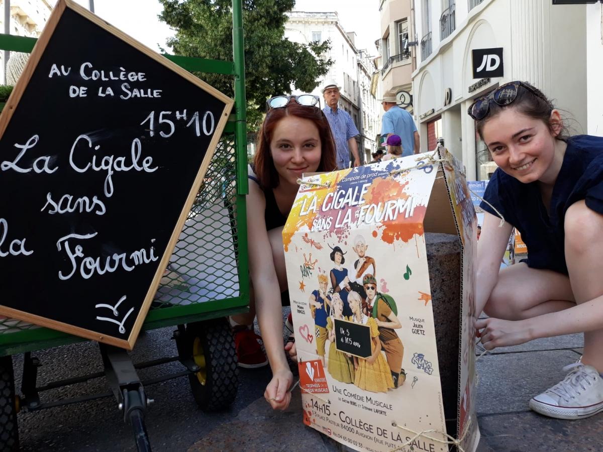 Communication au Festival OFF d'Avignon: le placement des affiches dans les rues d'Avignon est un moment important